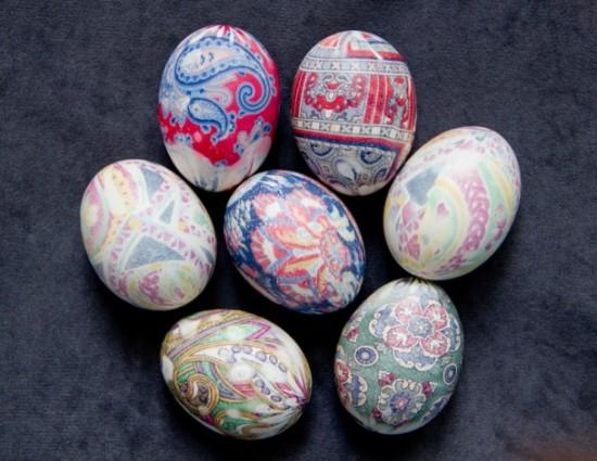 красим яйца на пасху шелком